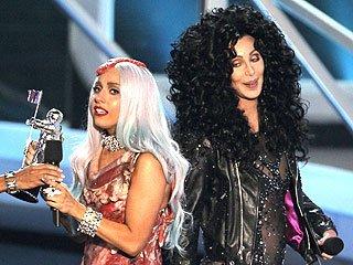 Lady Gaga摘得年度录影带大奖 含泪演唱新单曲