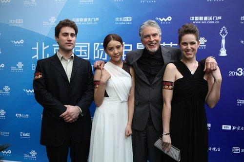 《人鱼帝国》现电影节红毯 3D大师祈福雅安