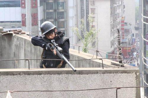 """快男谭杰希化身""""城市英雄"""" 全副武装战高温"""