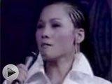 2003年:歌曲《风雨彩虹铿锵玫瑰》
