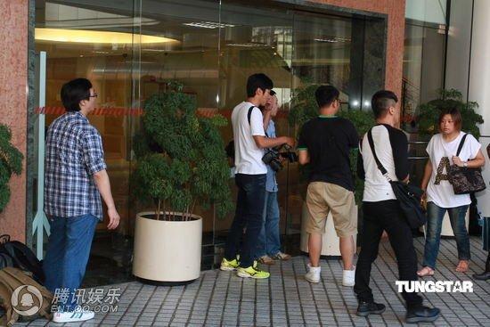 郑裕玲曝刘德华8日晚当爹 华仔将对外正式宣布