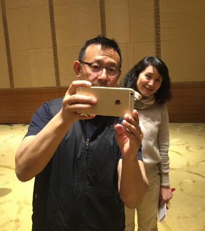 52岁姜文见老友开心不已 找角度自拍孩子气十足