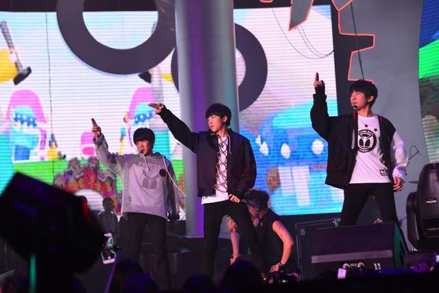 TFBOYS新舞QQ音乐年度盛典首秀  引发尖叫时刻