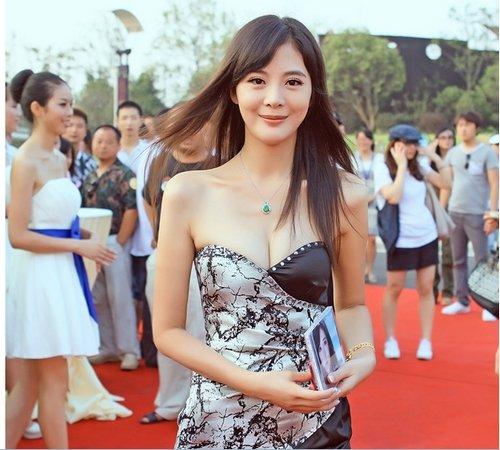 李鑫雨出席慈善晚会 神秘嘉宾拍走新专辑(图)