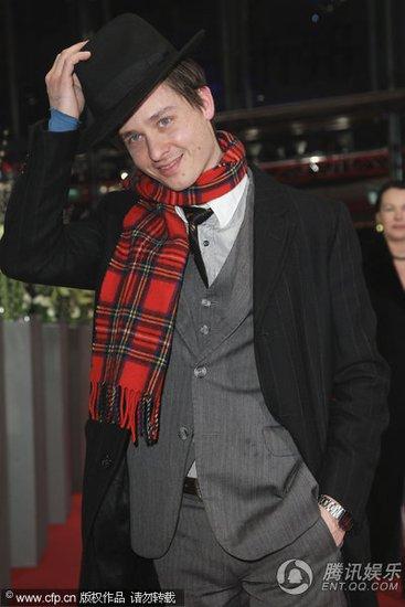 图文:柏林电影节开幕红毯 汤姆·希林显绅士范