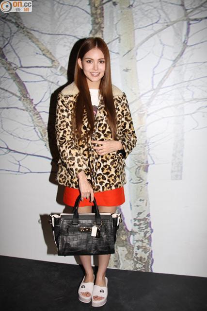 昆凌穿豹纹LOOK现身纽约时装周 还在适应被叫周太