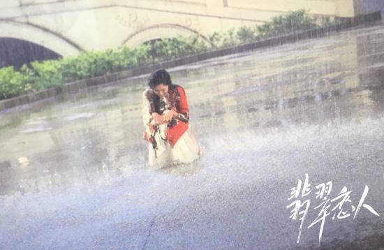 宋妍霏雨夜拍摄《翡翠恋人》 获赞大写的敬业