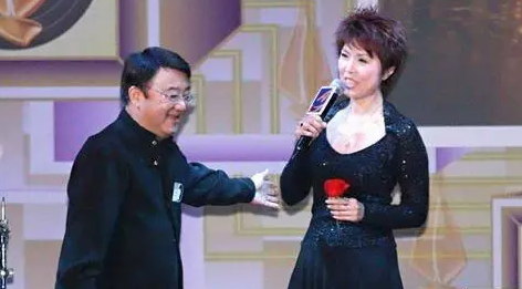 她曾是香港一线女歌手,如今半百出柜恋富婆