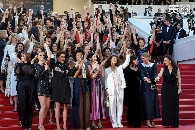 """今年戛纳开设了""""性骚扰举报热线"""",并且向每一位电影节参加者发出倡议,对性骚扰零容忍。凯特・布兰切特带领82位电影界女性代表集体出现在首映式红毯上,为女性电影从业者平等权益发声。"""
