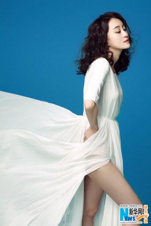 组图:王冰洋新写真曝光 身穿高叉白裙气质优雅