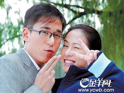 张默被曝曾与叶璇玩姐弟恋 游乐园狂吻不避嫌
