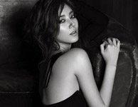 韩歌手孙丹菲露美背秀长腿