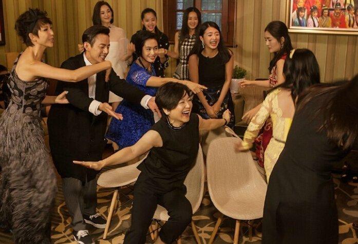 林青霞在《偶像来了》中与众人玩抢板凳游戏