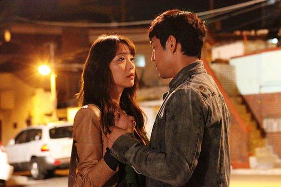 《可疑的家族》,公开了男女主角韩高恩和金成洙双手相扣,切对望的剧照