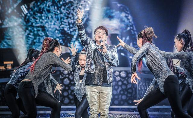 谭咏麟哭了!银河岁月40载巡演上海站万人空巷