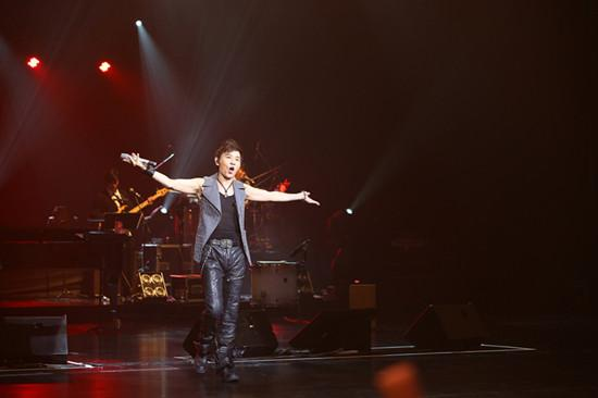 伍思凯巡回演唱会一周两场成劳模 与歌迷过七夕