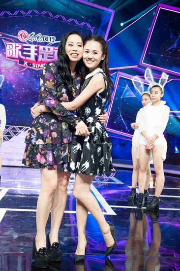 """安悦溪亮相《歌手是谁》 黄绮珊拥抱""""女儿"""""""
