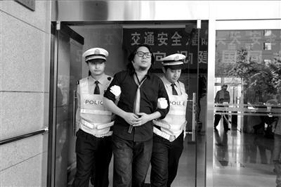 高晓松被拘细节:酒精检测超标两倍 晃着受询问