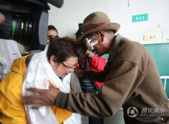 韩红捐建白内障治疗医院 仪式上数度激动落泪