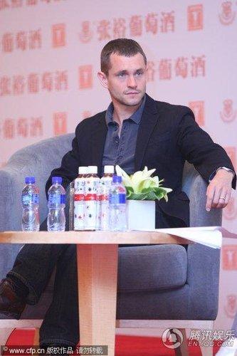 第13届上海电影节 克莱尔携老公跷腿防走光(图)