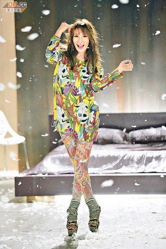 萧亚轩雨中跳舞滑倒 称爱是平等为同性恋拍短片