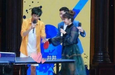 马龙和偶像蔡依林同台录节目 看把奶龙开心的
