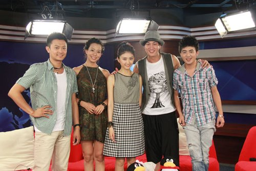 印小天、吴辰君、景甜、何润东、主持人马松(右一)