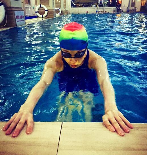 倪妮晒游泳健身照