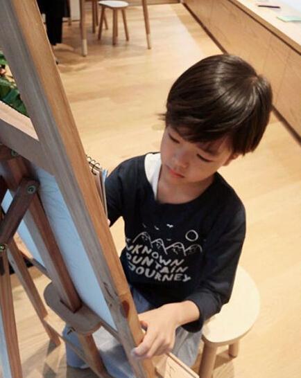 权相佑8岁儿子近照曝光 五官清秀酷似老爸