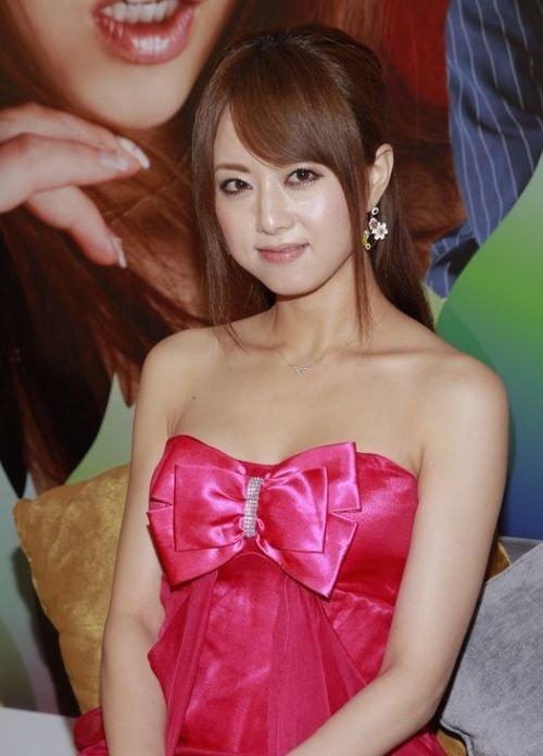 日本女优吉泽明步香港宣传 抹胸连衣裙性感亮相