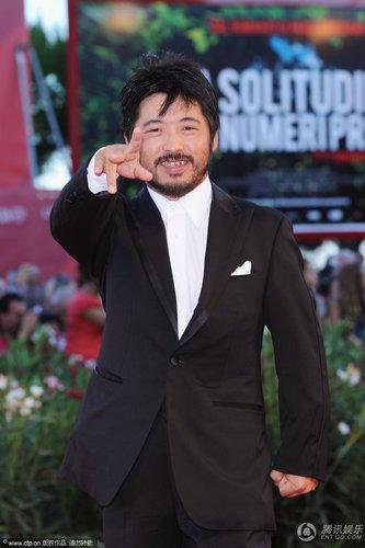 组图:威尼斯闭幕红毯 日本导演清水崇正装亮相