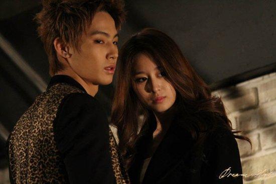 《Dream High 2》热播 JB、智妍热拥照曝光