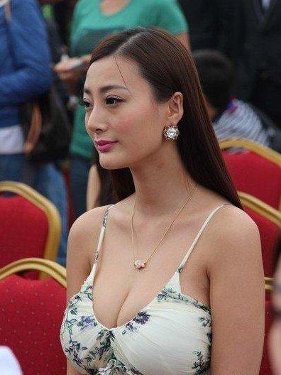 在香港电影三级片 《一路向西》 一脱成名的艳星王李丹妮性感亮相