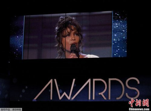 格莱美临时添致敬环节 众歌星缅怀惠特尼
