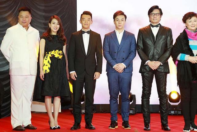 释小龙正装出席揭幕盛典 与郑凯马苏一同登台