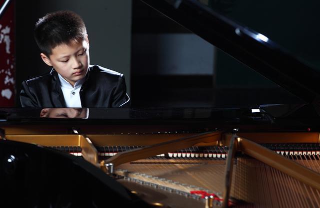 钢琴少年鞠小夫