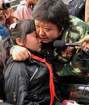 韩红被刘俏的坚强深深地感动,收她为干女儿。