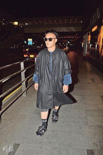 陈奕迅香港跨年情绪不佳 黑脸甩妻独自离开派对