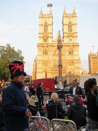 西敏寺教堂人潮涌动 民众戴国旗帽期待婚礼盛典