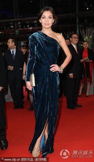 图文:柏林电影节开幕红毯 纳丁高开裙装秀美腿