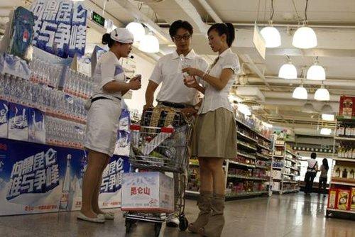 翁虹夫妇超市购物被跟拍 好水润养隐藏年龄秘密