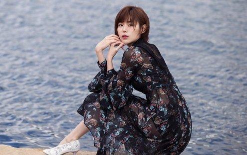 短发女神卢杉清逸脱俗 古典繁花裙装置身大自然