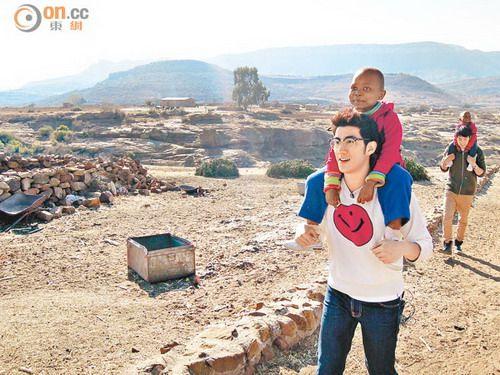 李治廷远赴非洲做慈善 探访当地孤儿院照顾孩子