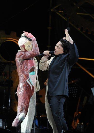 陈奕迅演唱会扮相搞怪深情演唱 诠释双面性格