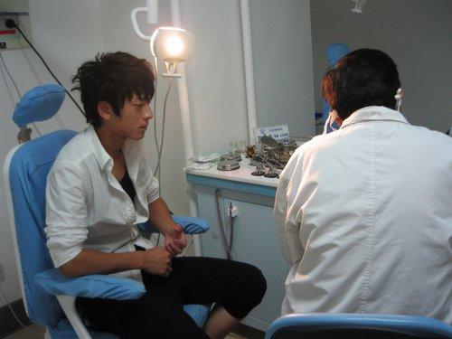 快男陈翔不受耳疾影响顺利晋级 赛后去医院复查
