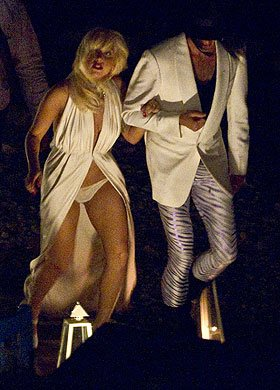 Lady Gaga运气欠佳底裤走光 演唱会也将延期