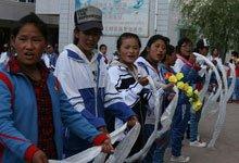 孤儿院孩子列队欢迎
