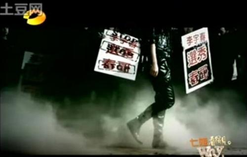 """李宇春谈被人举牌喊""""春哥"""":我会很地走过去"""