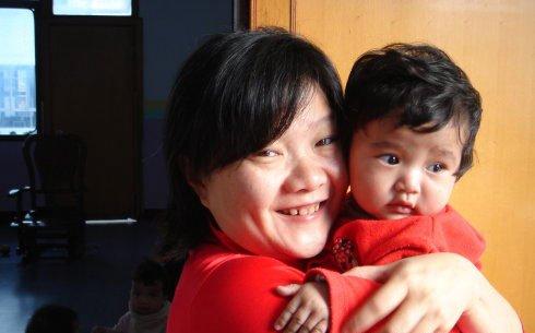 洪晃庆祝女儿生日发照片 流露浓浓母爱幸福微笑