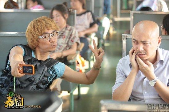 《泰囧》曝王宝强造型 染金发抱仙人掌嘟嘴自拍(高清)